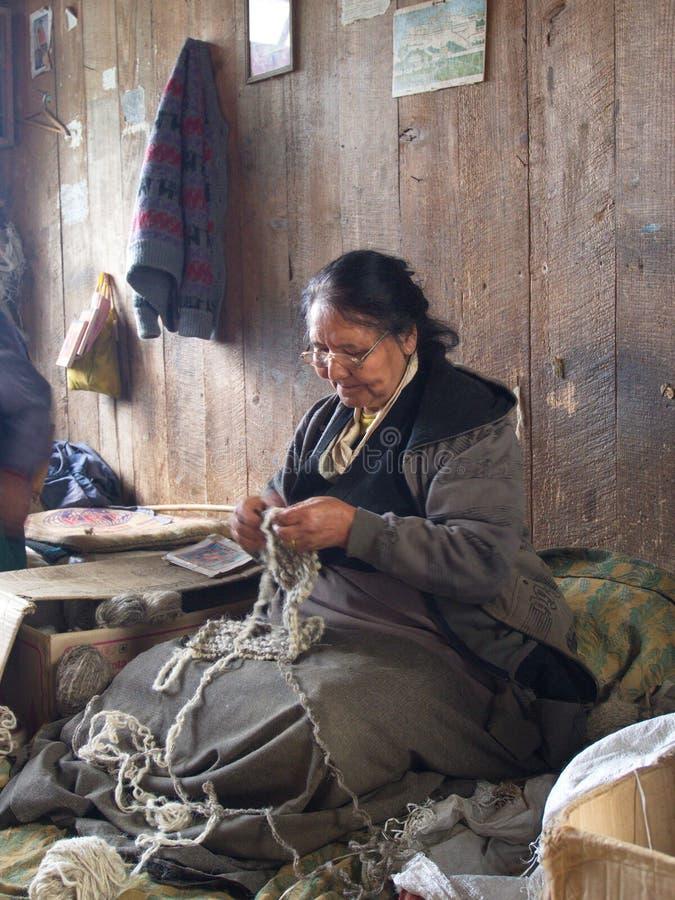 Tybetańczyk Lokalna kobieta pracuje w wiosce, Gangtok Ci zdjęcia royalty free