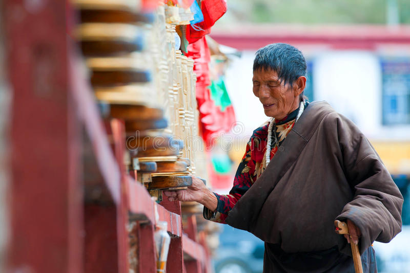Tybetańscy pielgrzymi okrążają Potala pałac fotografia stock
