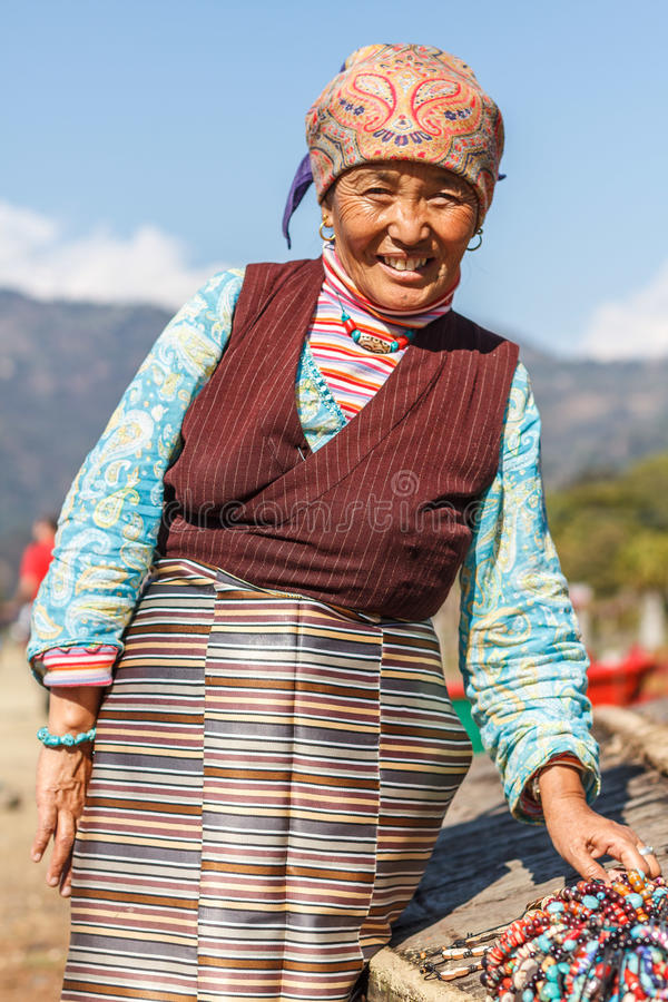 Tybetańska dama w tradycyjnym kostiumu obraz royalty free