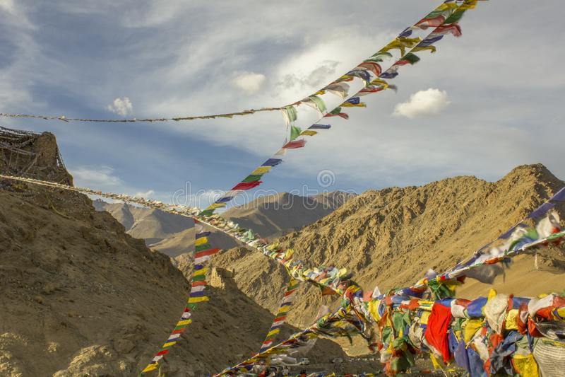Tybetańska modlitwa zaznacza w niebie przeciw tłu Himalajskie pustynne góry obraz royalty free