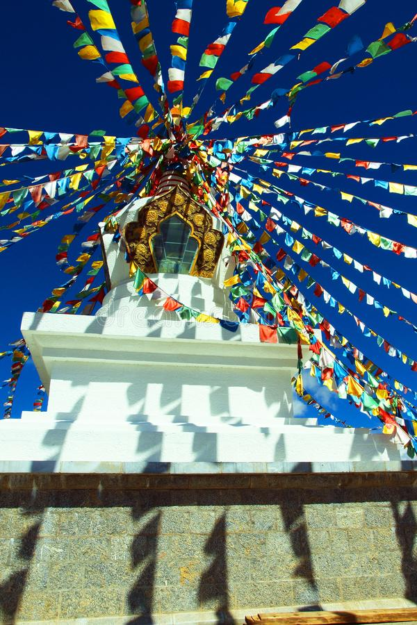 Tybetańska stupa z sprawy duchowe flaga zdjęcia royalty free
