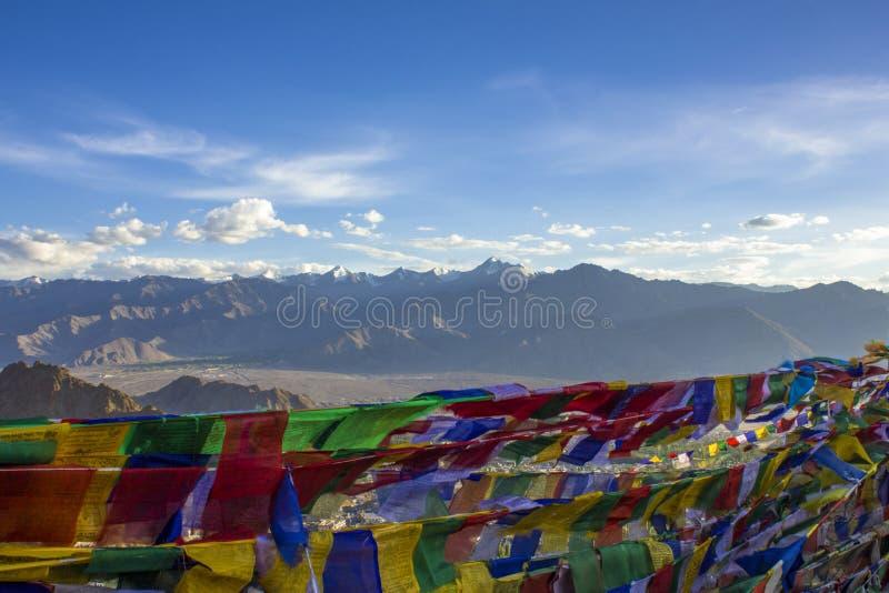 Tybetański buddysta barwić modlitewne flagi na tle góra dezerterują fotografia stock