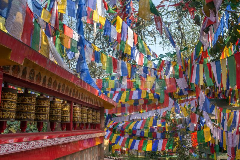 Tybetańskie buddyjskie flaga i modlenie toczą wewnątrz Darjeeling obraz stock