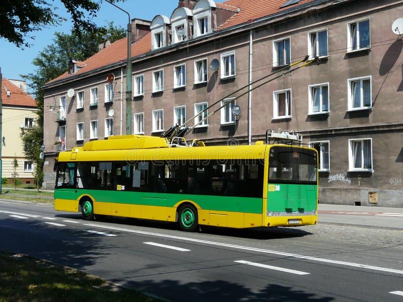 TYCHY, SILESIA, POLÔNIA - ônibus elétrico no centro da cidade de Tychy imagem de stock