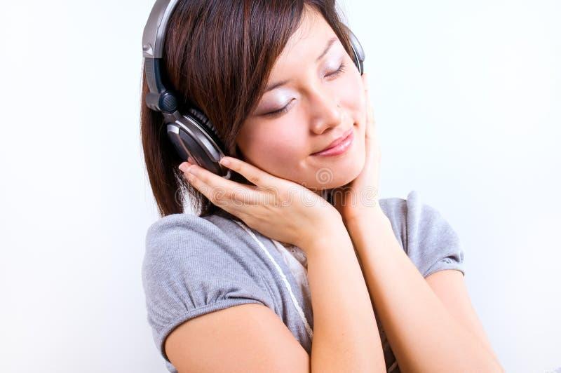 tyck om den lyssnande musikkvinnan arkivfoton