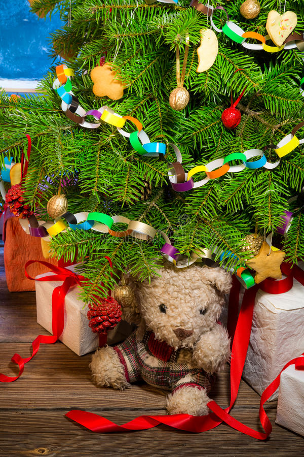 Tyck om din jul i lantlig stuga royaltyfria foton