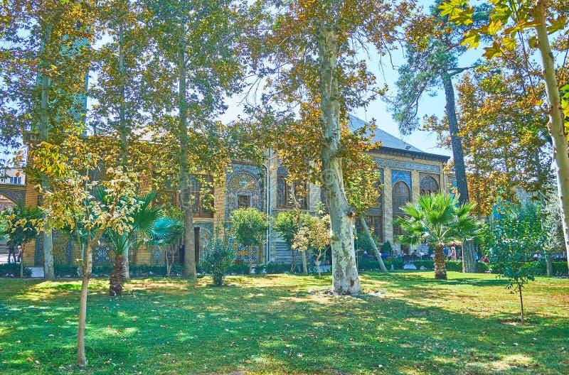 Tyck om grönskan av den Golestan trädgården, Teheran royaltyfria bilder
