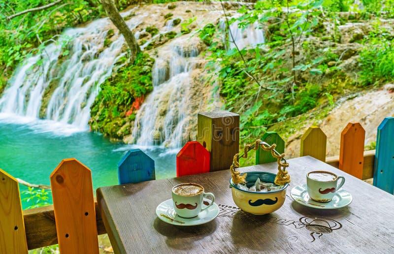 Tyck om kaffet på den Kursunlu vattenfallet, Aksu, Turkiet arkivfoton