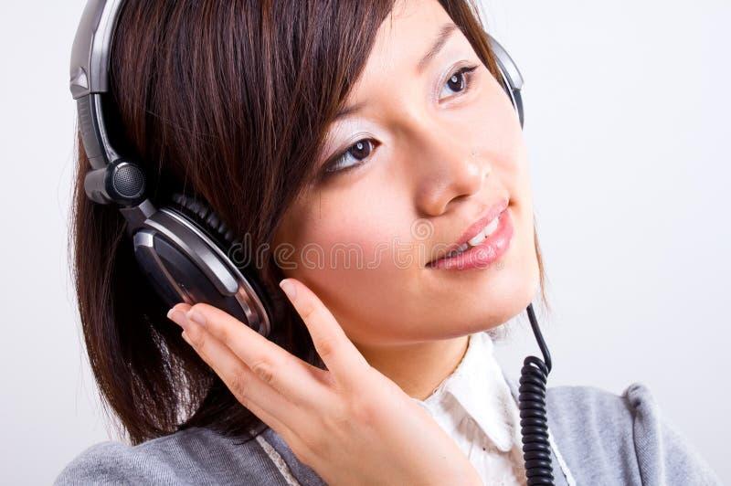 tyck om lyssnande musik royaltyfri foto