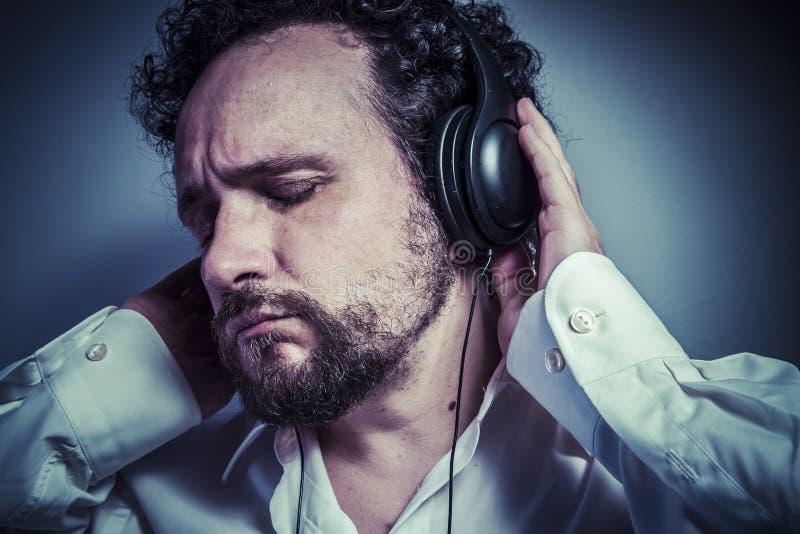 Tyck om musiken, mannen med intensivt uttryck, den vita skjortan arkivbild