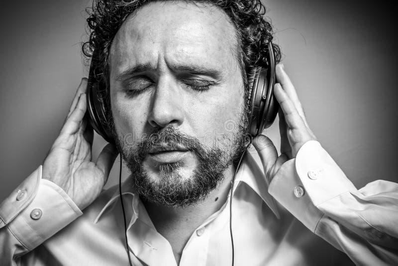 Tyck om musiken, mannen med intensivt uttryck, den vita skjortan arkivbilder