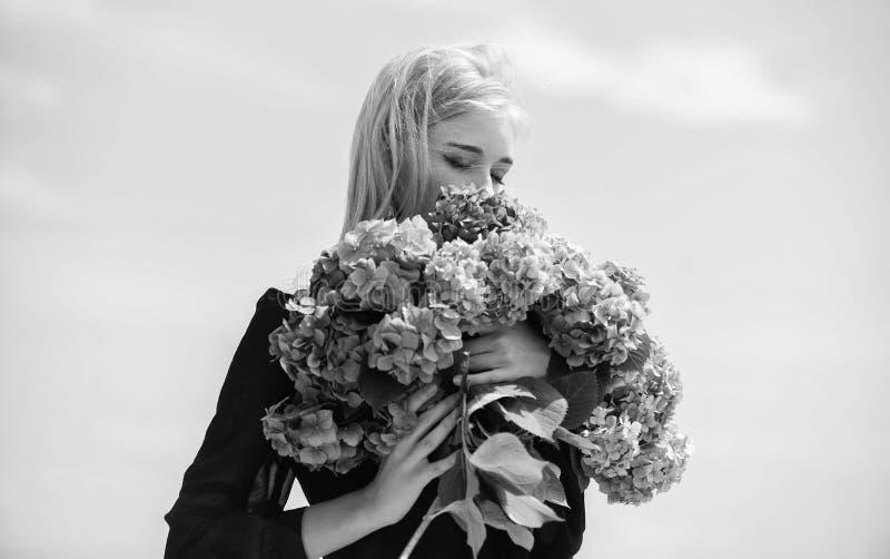 Tyck om v?ren utan allergi F?rsiktig blomma f?r delikat kvinna F?r h?llvanlig hortensia f?r flicka mjuk blond bukett f?r blommor arkivbilder