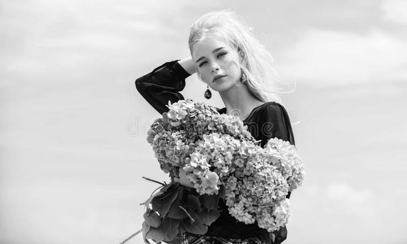 Tyck om v?ren utan allergi Fritt liv f?r allergi Stoppallergi som blommar s?song V?rblom Kvinnlign ?lskar blommor arkivbild