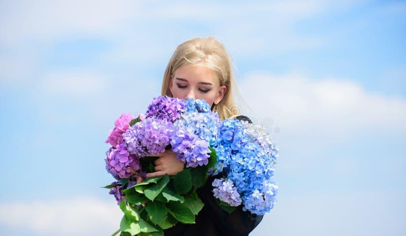 Tyck om v?ren utan allergi V?rblom Pollenallergi F?rsiktig blomma f?r delikat kvinna Mjuk blondin f?r flicka arkivbilder