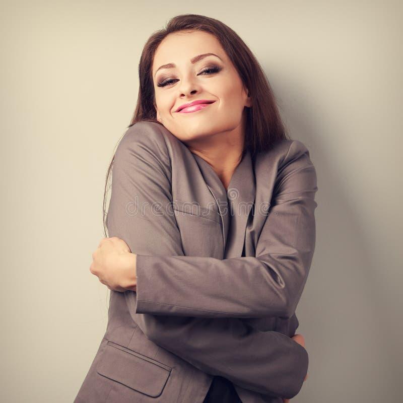 Tycka om affärskvinnan som kramar sig med naturligt emotionellt f royaltyfri fotografi