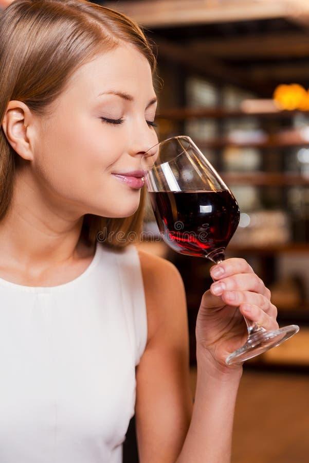 Tycka om det bästa vinet i restaurang royaltyfri bild