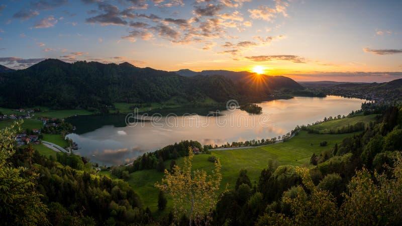 Tycka om det sista solljuset över sjön Schliersee i bavarian bergskedja fotografering för bildbyråer