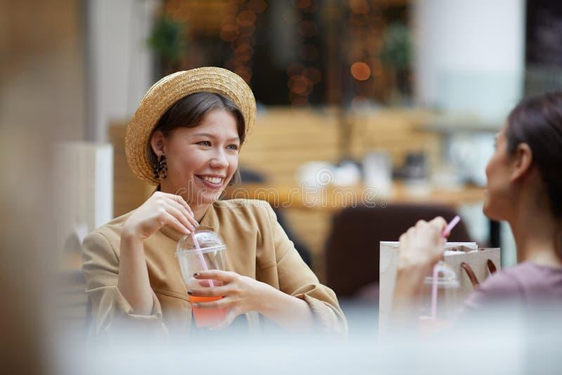 Tycka om drinkar i kafé fotografering för bildbyråer