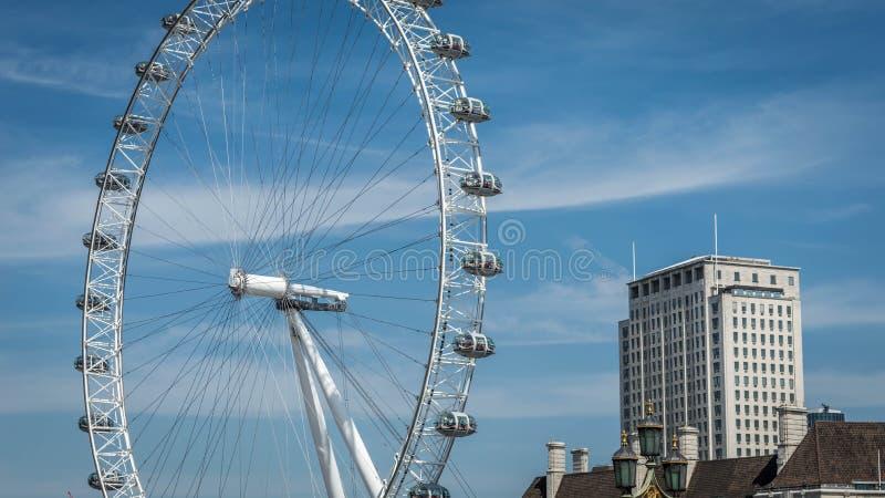 Tycka om en älskvärd sikt av det London ögat från banken av flodThemsen; royaltyfria bilder