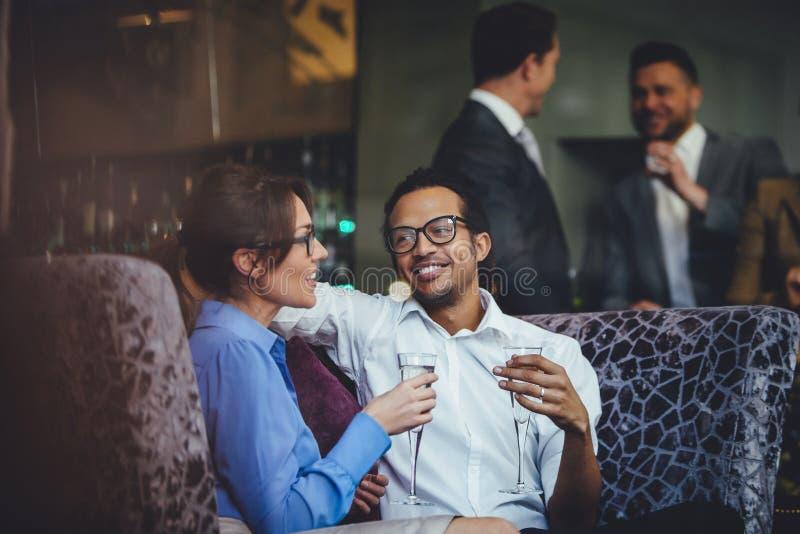Tycka om en drink tillsammans royaltyfri foto