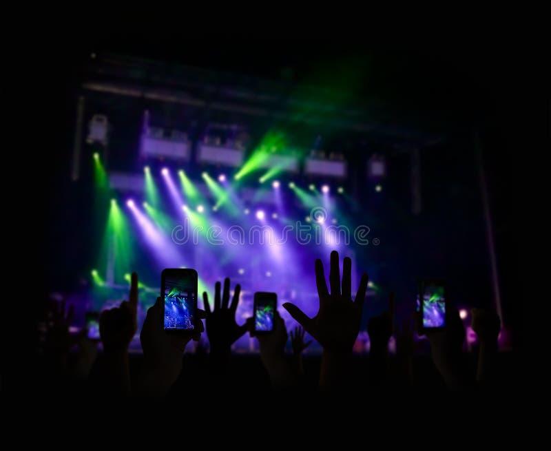 Tycka om en konsert royaltyfri foto