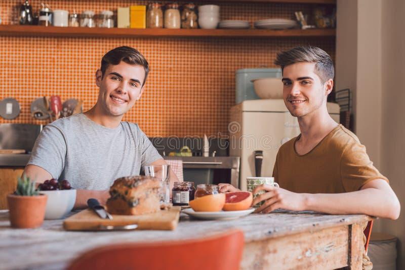 Tycka om en sund frukost tillsammans royaltyfri fotografi