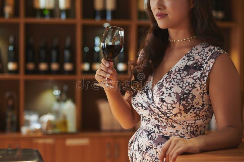 Tycka om exponeringsglas av rött vin royaltyfri foto