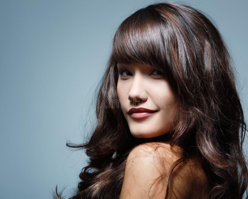 Tycka om för härligt hår för tonåringflicka gladlynt royaltyfri foto