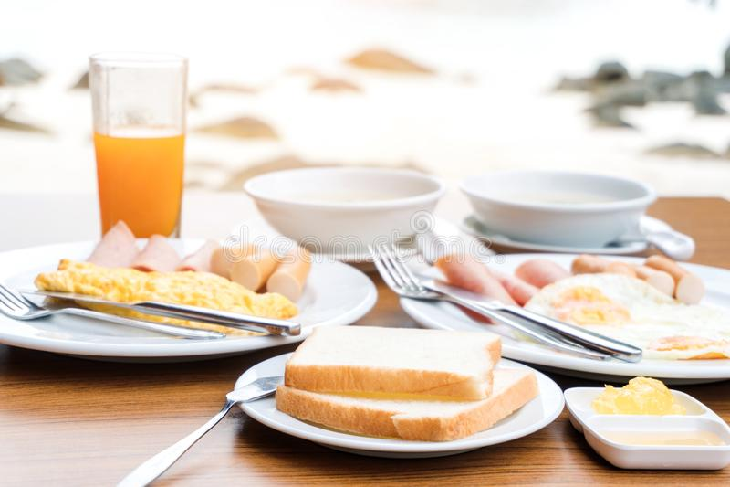 Tycka om frukosten nära tropiskt havssommarbegrepp royaltyfri foto