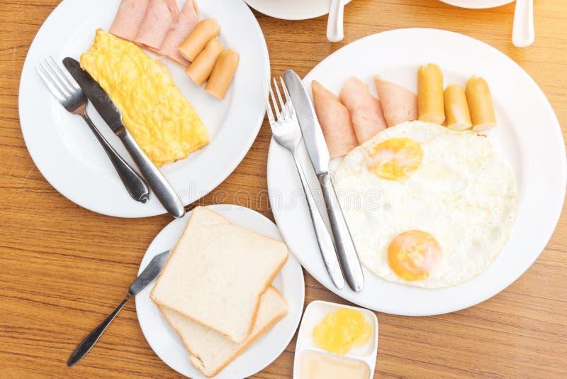 Tycka om frukosten nära tropiskt havssommarbegrepp royaltyfria bilder