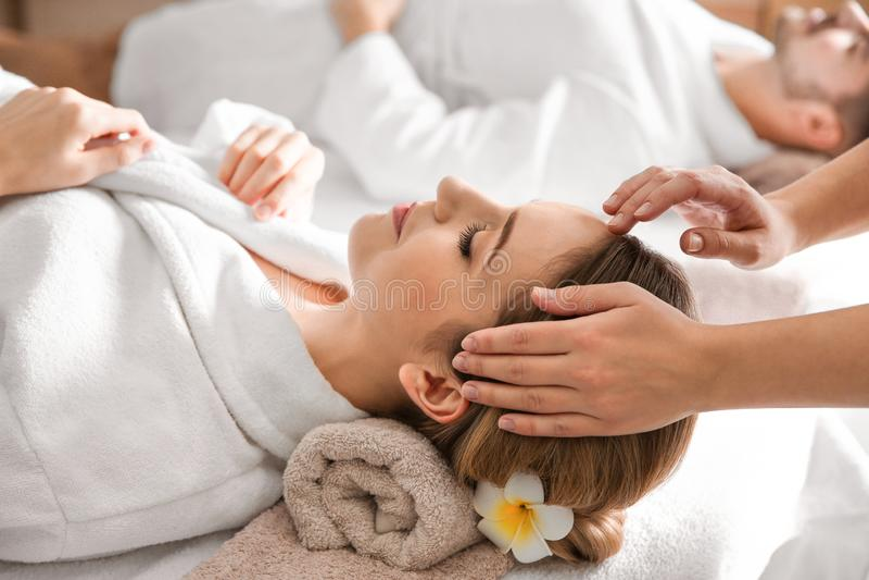 tycka om head massagekvinnabarn arkivfoton