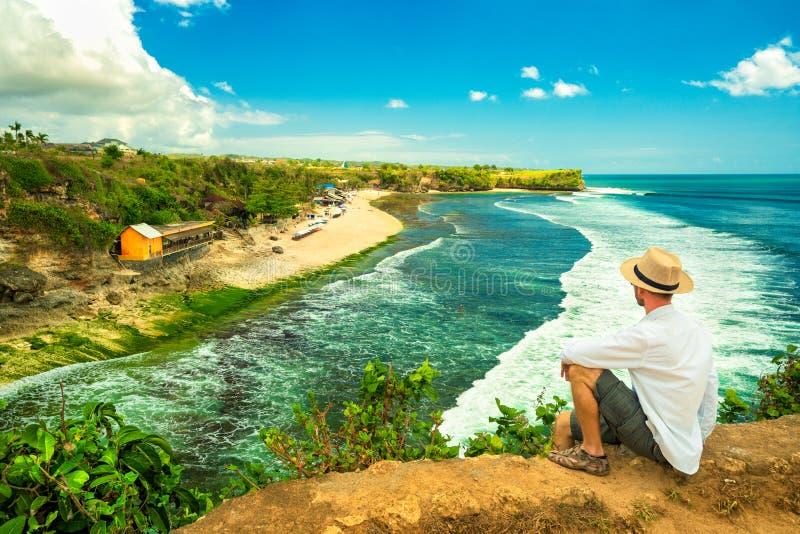 tycka om livstid Tillbaka sida av den unga mannen som ser havet, semesterlivsstilbegrepp royaltyfri foto