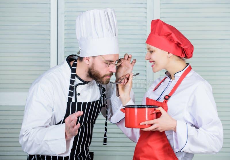 Tycka om lunch Menyplanl?ggning kulinarisk kokkonst mankvinnakock i restaurang Familjmatlagning i k?k hemlighet royaltyfri fotografi