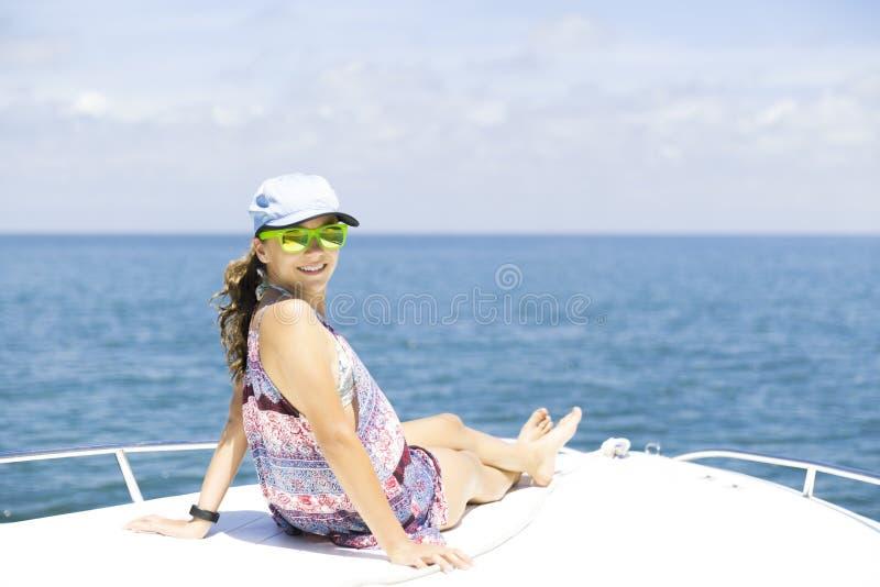 tycka om lycklig sommar för flicka royaltyfri foto