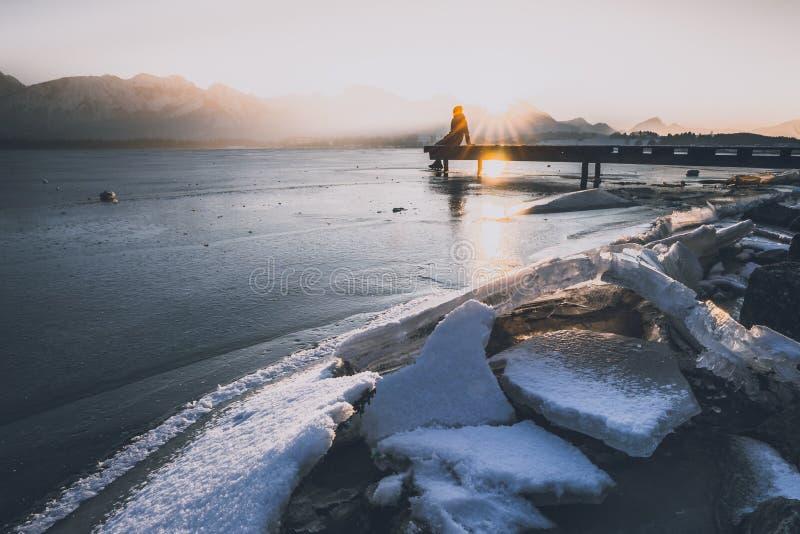 Tycka om solnedgången på Hopfenseen arkivbild