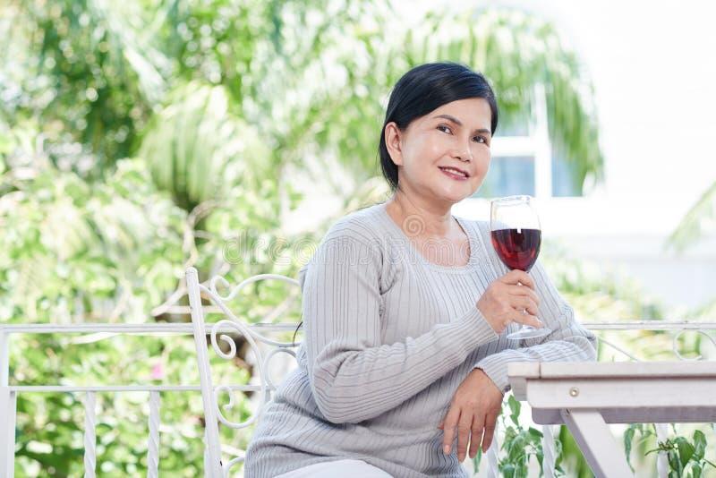 tycka om winekvinnan royaltyfria bilder