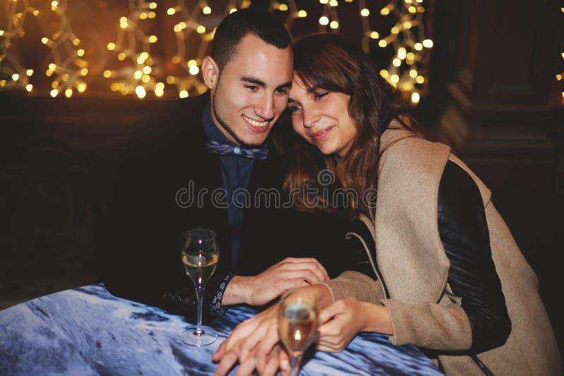 Tyckande om för härliga par förälskad och spendera tid tillsammans royaltyfri bild