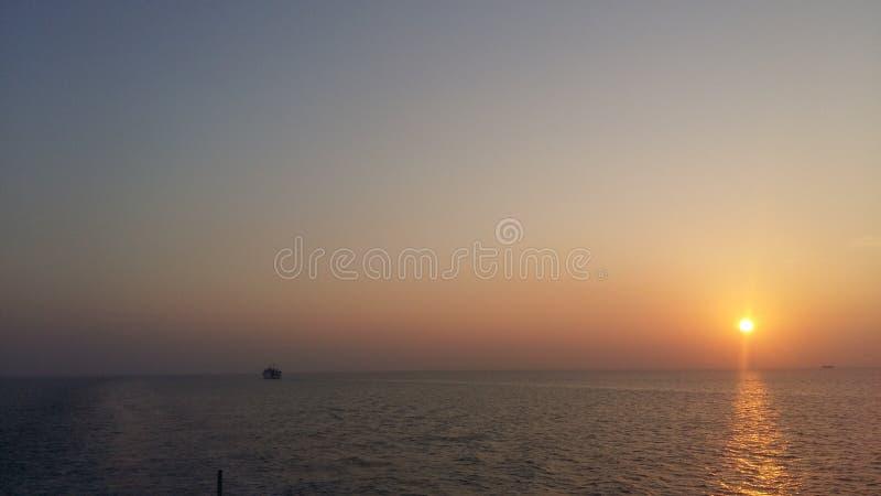 Tycker om blå himmel för den Koh Samui strandkokosnöten, ljus sol, avslappnande en aftons diskurs arkivfoto