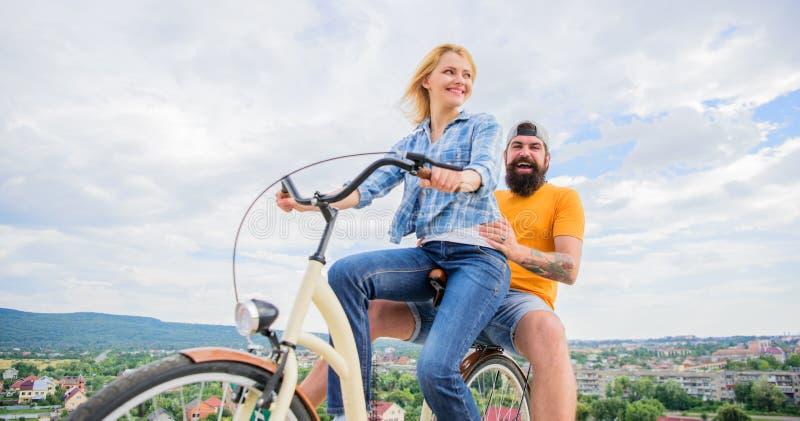 Tycker om förälskat lyckligt gladlynt för par att cykla tillsammans lyckliga ögonblick Aktiva fritidspetsar Idéer för sommarferie royaltyfri foto