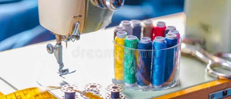 Tyg av olika typer och objekt för att sy Mångfärgat tyg, trådrullar, visare, en sömnad tafsar är nödvändigt för att sy royaltyfria foton