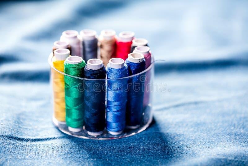 Tyg av olika typer och objekt för att sy Mångfärgat tyg, trådrullar, visare, en sömnad tafsar är nödvändigt för att sy arkivbild