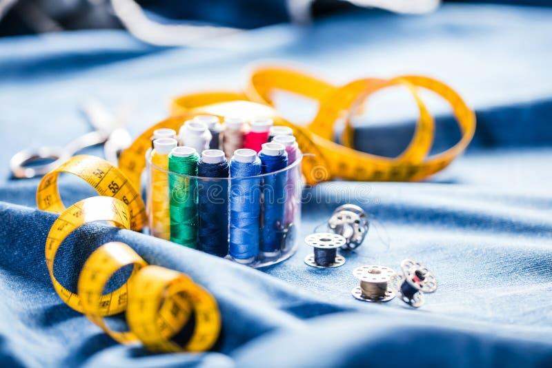 Tyg av olika typer och objekt för att sy Mångfärgat tyg, trådrullar, visare, en sömnad tafsar är nödvändigt för att sy royaltyfria bilder