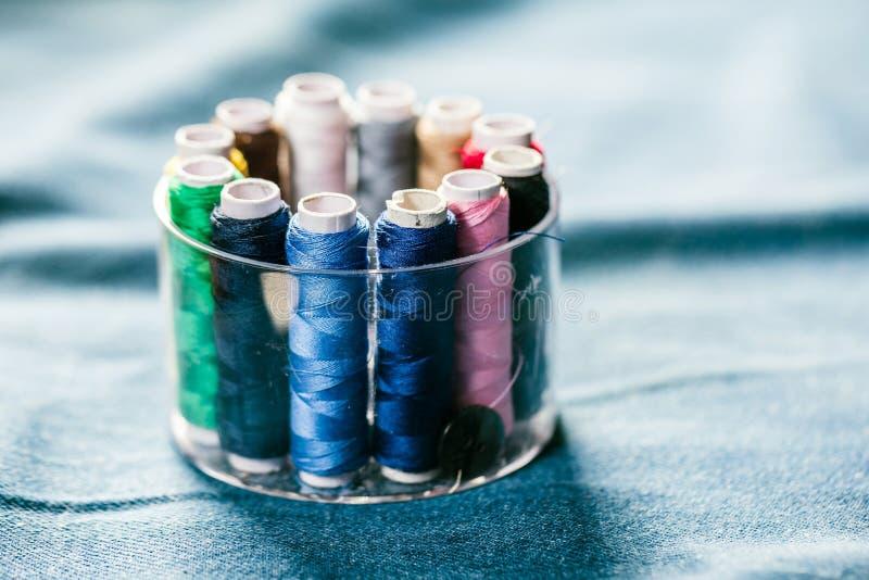 Tyg av olika typer och objekt för att sy Mångfärgat tyg, trådrullar, visare, en sömnad tafsar är nödvändigt för att sy arkivfoto