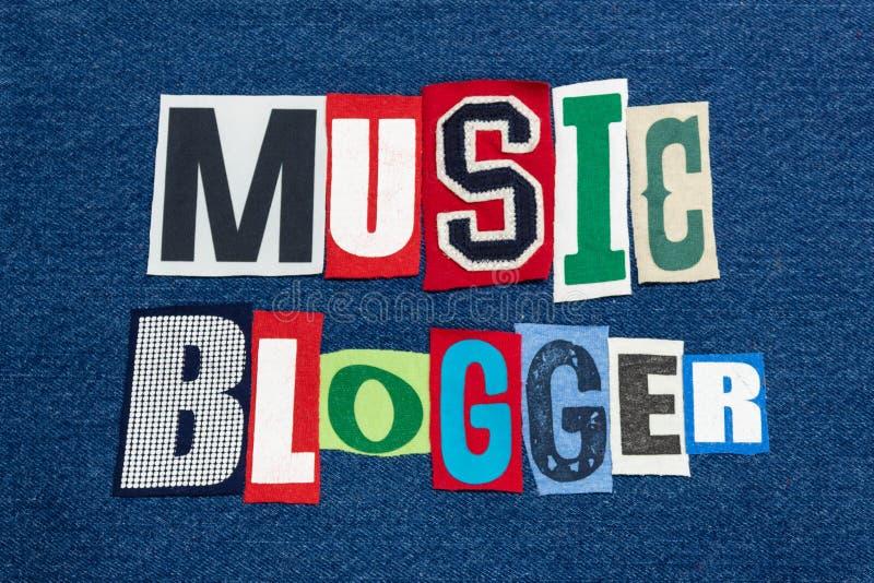 Tyg för collage för ord för MUSIKBLOGGERtext färgrikt på blå grov bomullstvill, musikbranschenbloggar och blogging royaltyfria foton