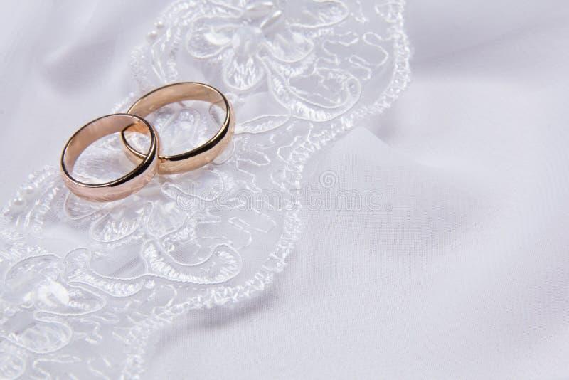 tyg ringer två vita bröllop arkivfoton