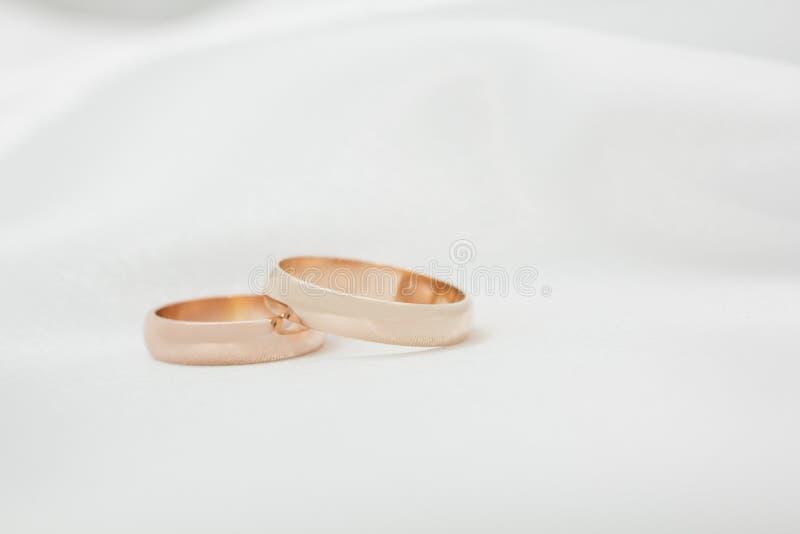 tyg ringer två vita bröllop royaltyfri foto