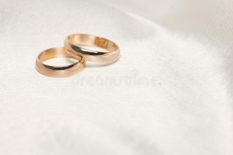 tyg ringer två vita bröllop royaltyfri bild