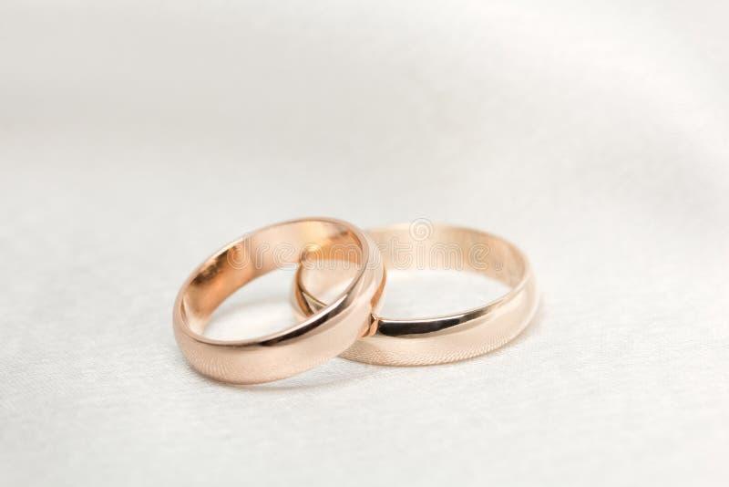 tyg ringer två vita bröllop royaltyfria bilder