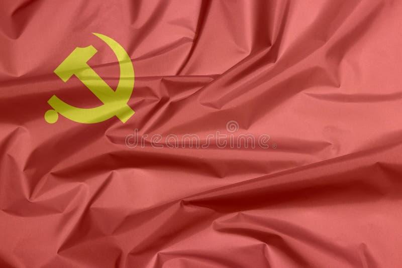 Tygflagga av Democratic Kampuchea, den guld- hammaren och skäran på rött royaltyfria foton