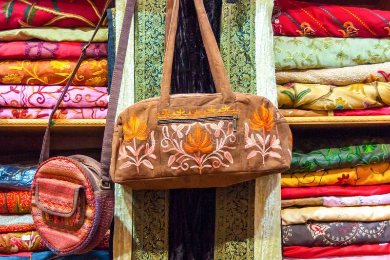 Tyghandväska på försäljning i en shoppa Muttrah Souk, i Mutrah, Muscat, Oman, Mellanösten royaltyfri bild